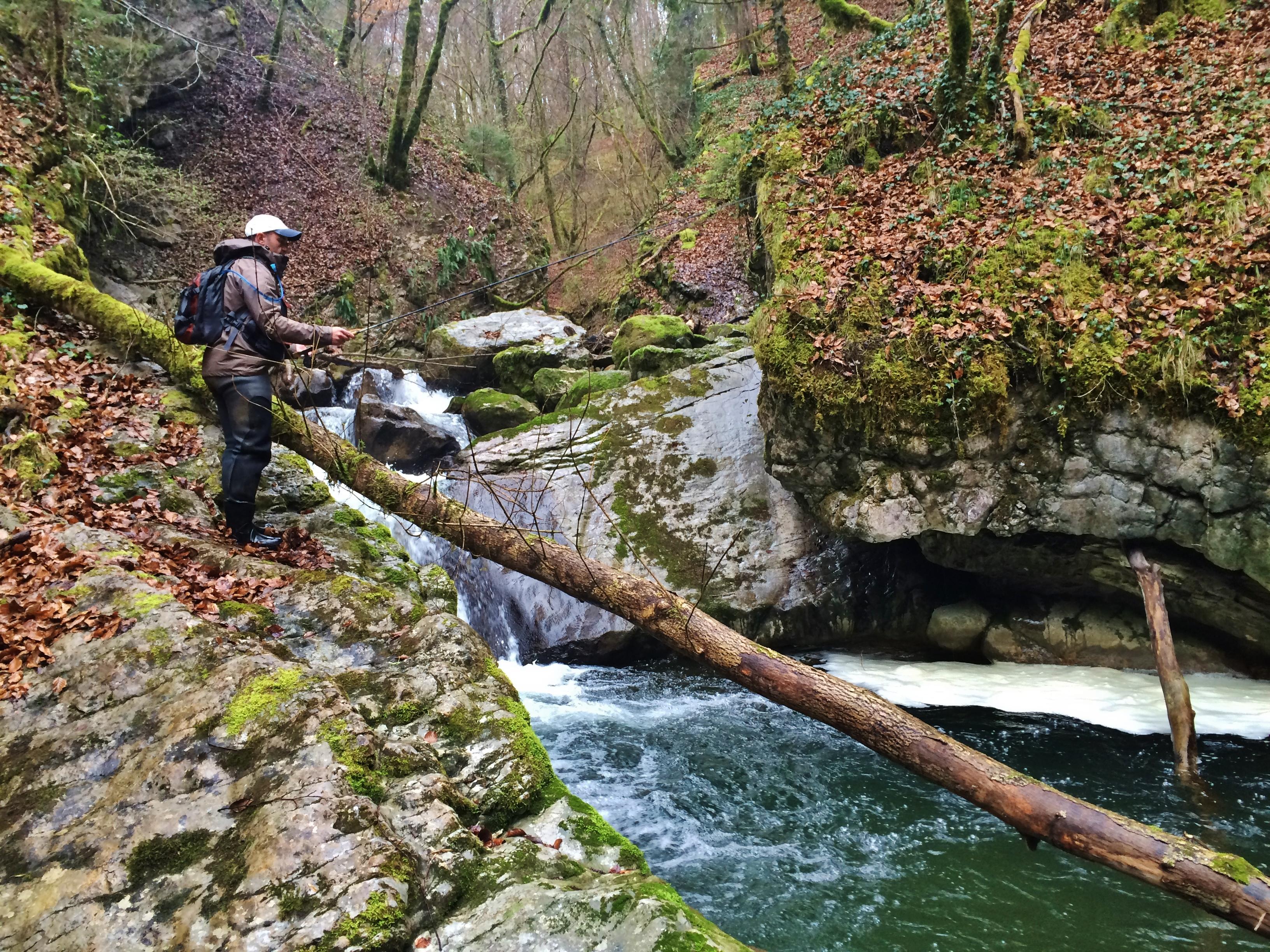 pêcheur en dérive naturelle sur le ruisseau de Ternèze en début de saison