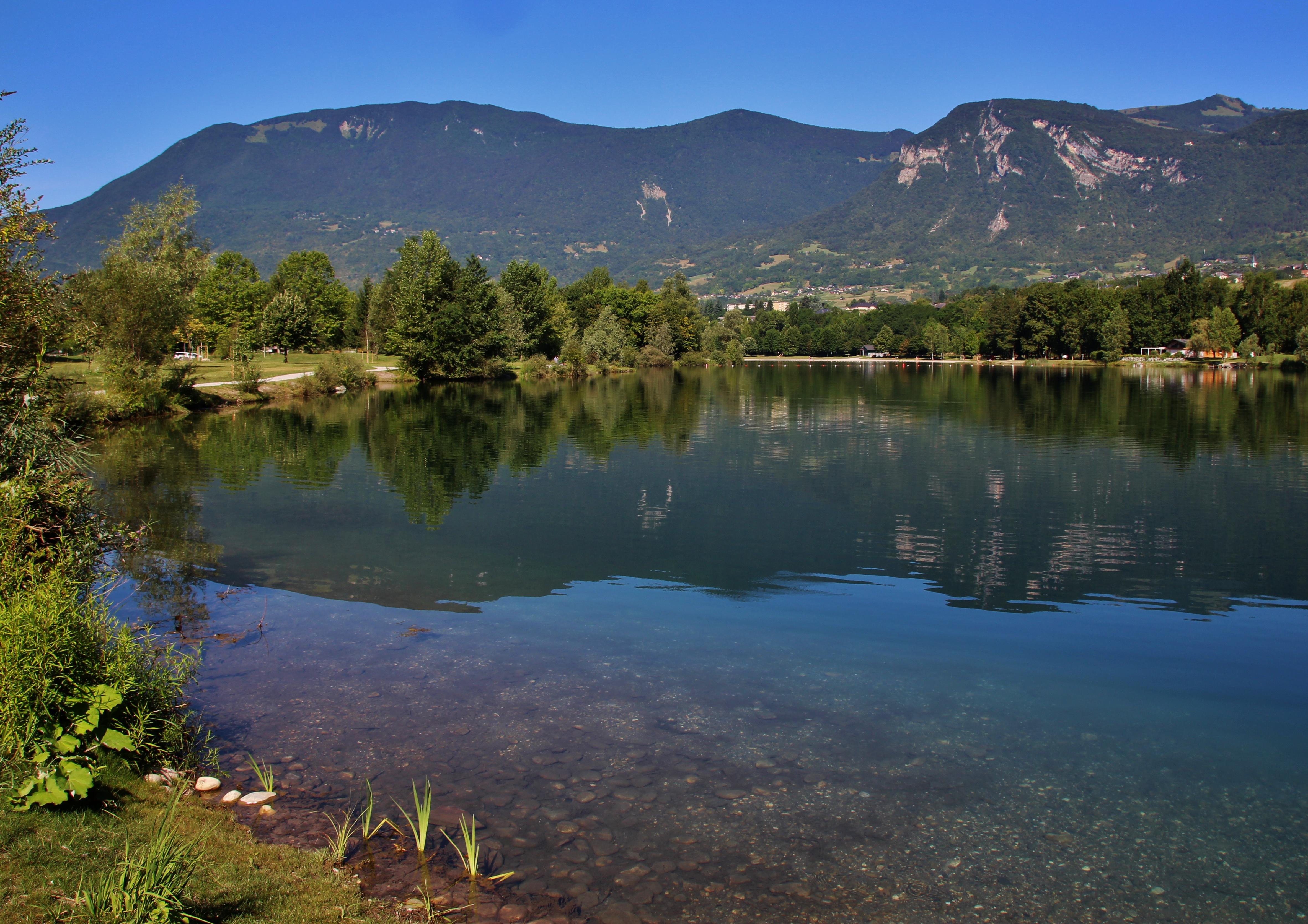 le grand lac vu de la zone avec au fond la base de loisir